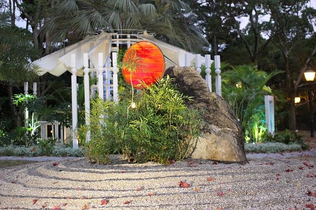 不思議な感じがする庭の写真