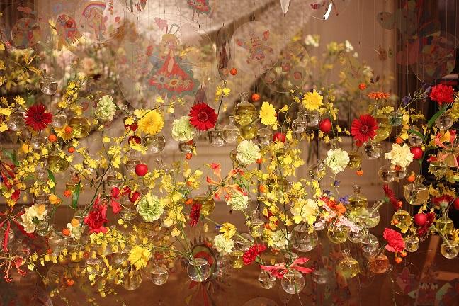 黄色の花のオブジェの写真
