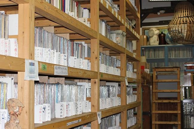 音浴博物館のレコードの棚の写真