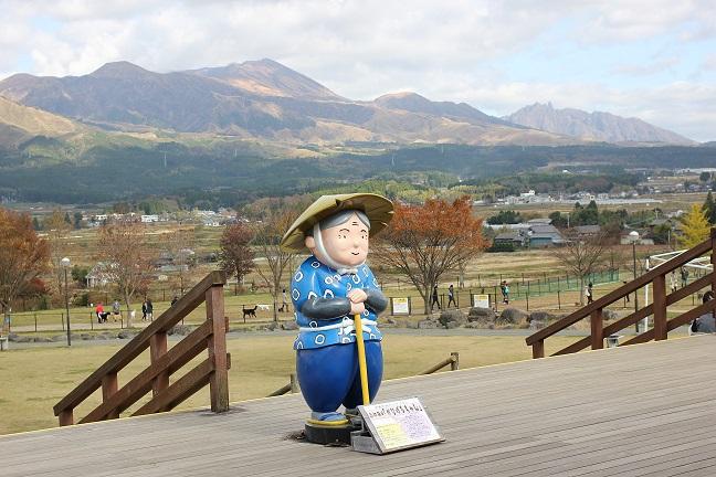 南阿蘇の山々とおばあちゃんの人形の画像