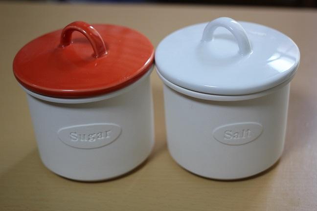 塩と砂糖を入れる器の写真