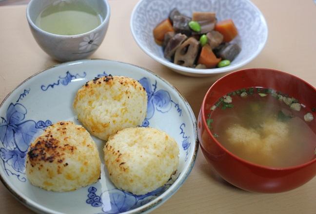焼きおにぎり、お味噌汁、煮物の昼食の写真