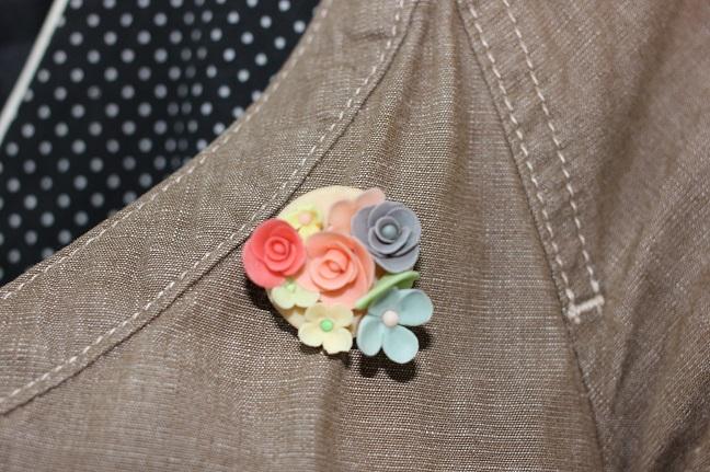 洋服につけた手作りのブローチの写真