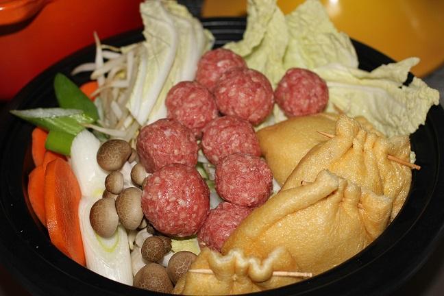 タジン鍋に野菜と肉団子を入れた写真