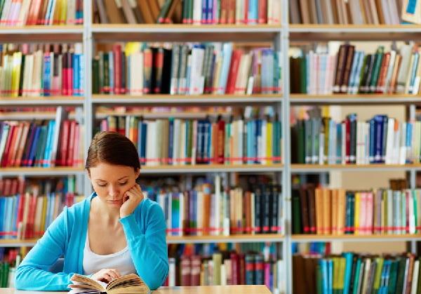 図書館で本を読んでる女性の写真