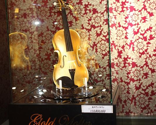 金のバイオリンの写真