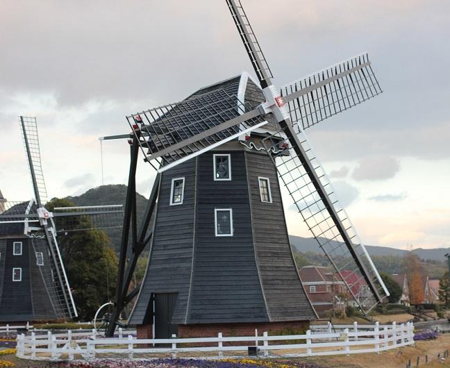 冬のハウステンボス 風車の風景写真