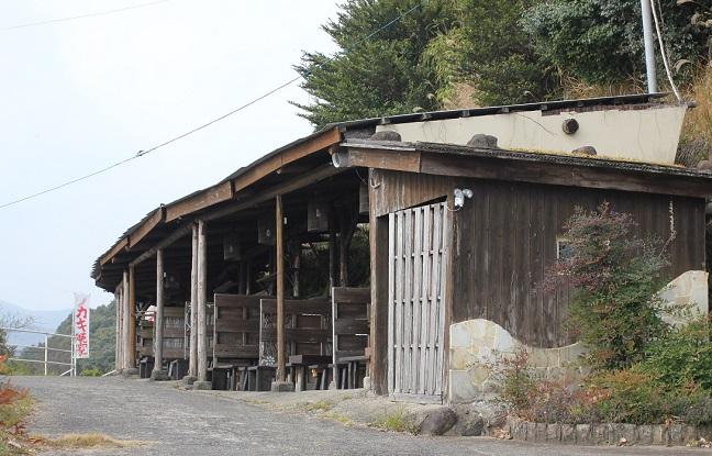 坂道に個室になる牡蠣小屋が連なってる写真