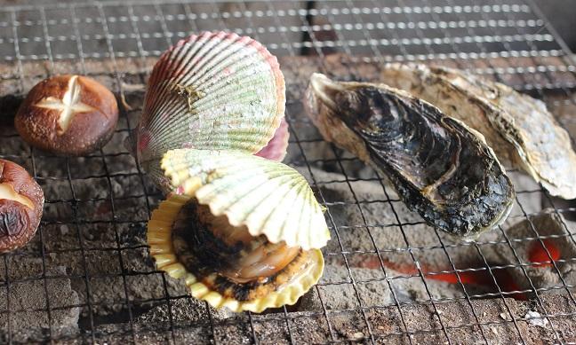 ヒオギ貝とシイタケを焼いてる写真