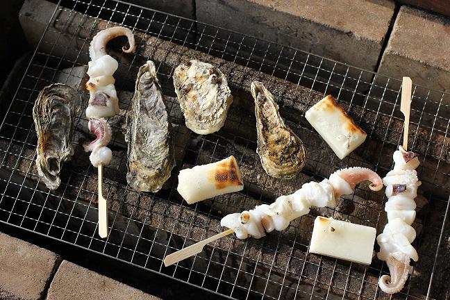 牡蠣と烏賊とお餅を焼いてる写真