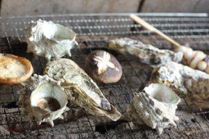 牡蠣やサザエを焼いてる写真