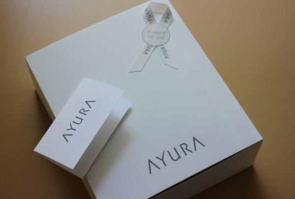友人から贈られてきたアユーラの商品の箱とカードの写真