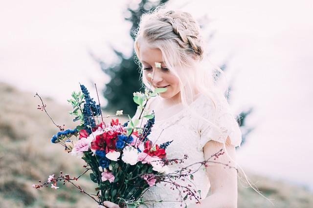 花束を持ってる少女の写真