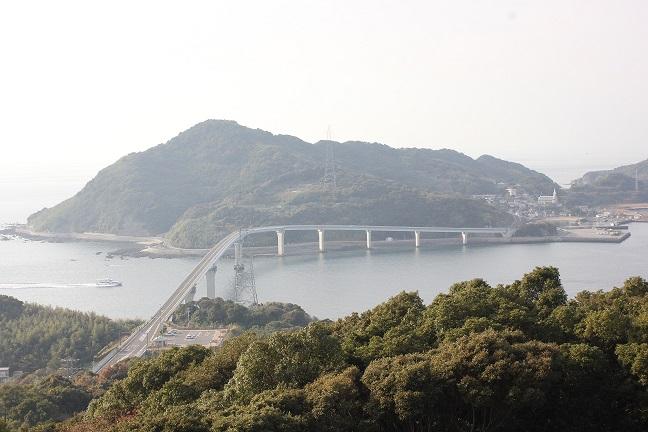 展望台から伊王島の橋が見える写真