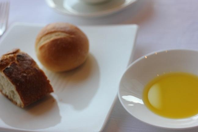 パンとオリーブオイルの写真