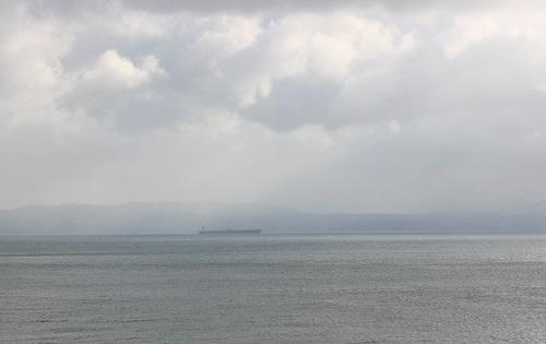 指宿シーサイドホテルの窓から眺める海の写真
