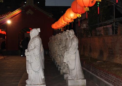 孔子廟の石像とランタンの写真