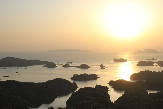 展海峰の島と夕日の写真