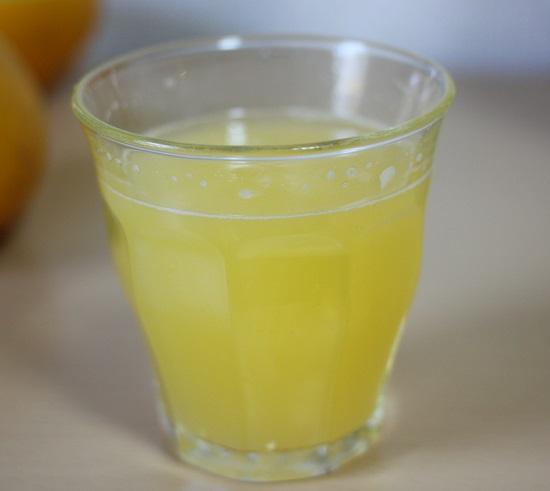 しぼりたてのジュースの写真