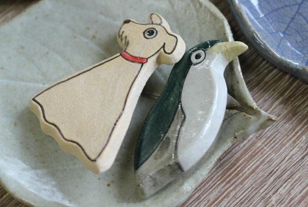 犬と鳥のブローチの写真