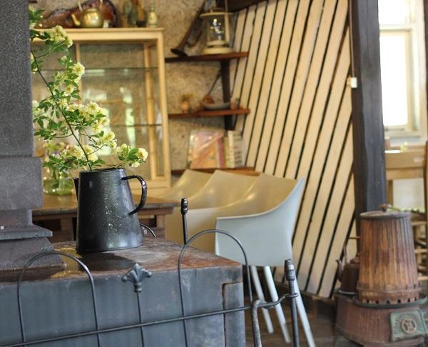 waranayaカフェの店内のインテリア、暖炉の写真