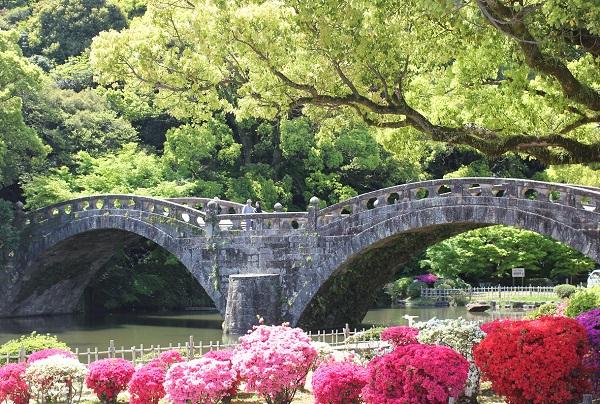 諫早公園の眼鏡橋とツツジの写真
