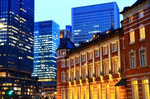 東京駅と周辺の夜景の写真