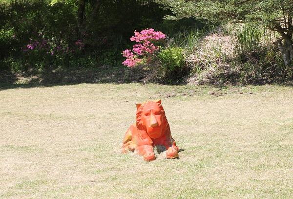 子供広場、オレンジ色のライオン、オブジェの写真