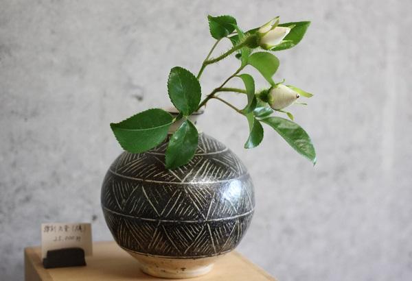 唐津焼の花瓶の写真