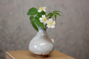 唐津焼の花瓶と花の写真