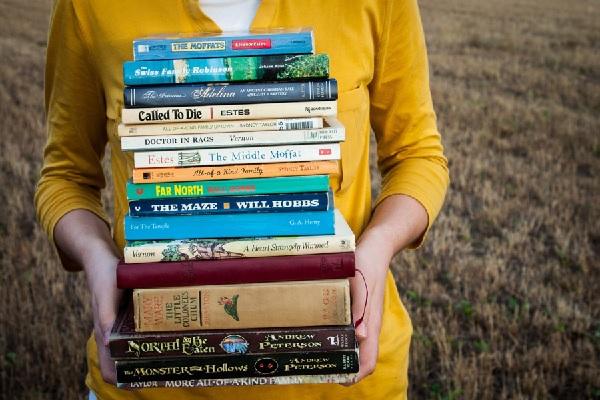 本を持ってる女性の写真