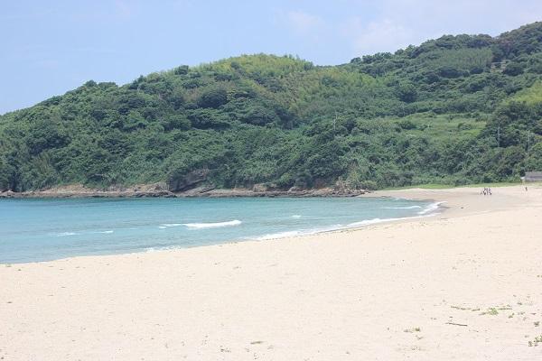 白浜と海と島、高浜海水浴場の風景写真