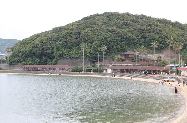 大崎海水浴場、海水浴をしている様子の写真