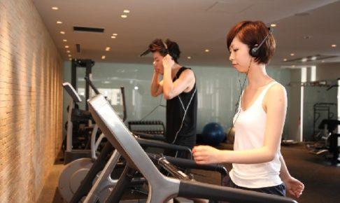 トレーニングしているカップルの写真