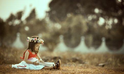 絵本を読んでいる女の子の写真