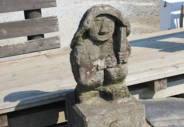 臼杵石仏公園のハス園の遊歩道にある小さな石仏の写真