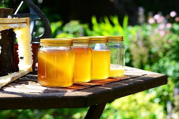 ビンに入ってる蜂蜜の写真