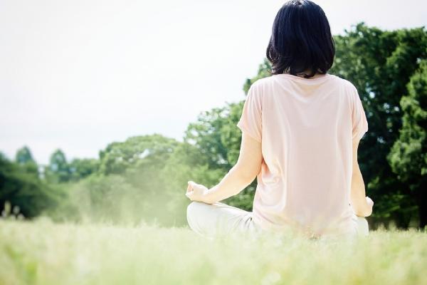 ヨガ(瞑想)をしてる女性の写真