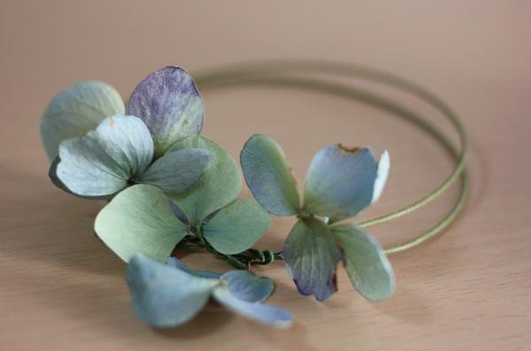 ドライフラワーになった紫陽花で作ったブレスレットの写真