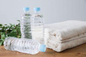 タオルとペットボトルの写真