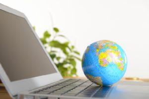 パソコンと地球儀の写真