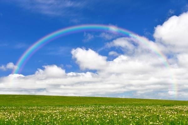 空に虹がかかってる写真