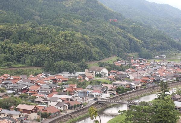 高台からの津和野の街並みの写真
