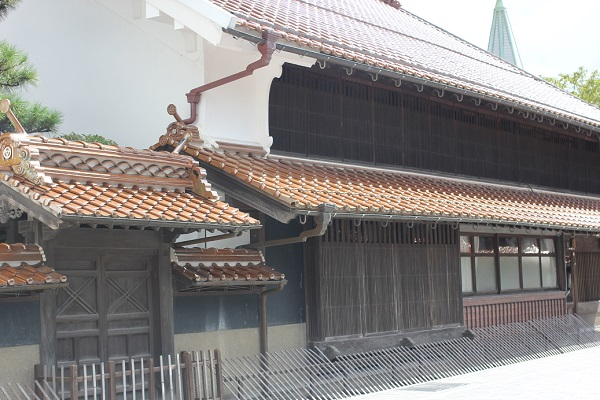 石州瓦の古い建物の写真
