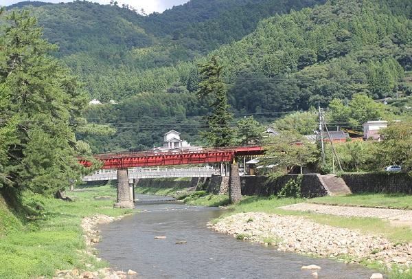 津和野川と赤い鉄橋の写真