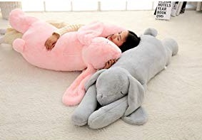 ウサギの抱き枕と寝てる様子の画像