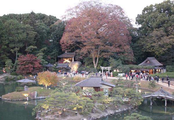 唯心山の頂上からの展望、池と庭園の写真