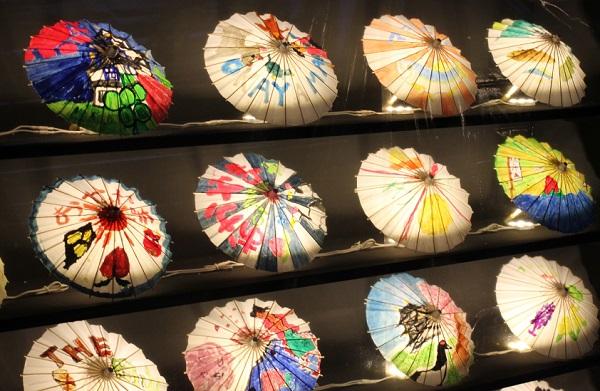 ライトアップされた和傘のアート展の写真