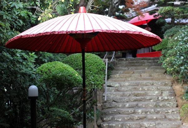 心田庵の入り口と赤い和傘の写真
