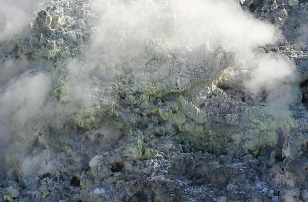 硫黄と噴き出してる湯けむりの写真